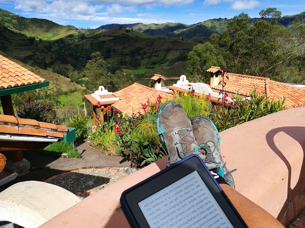 Zeit zum Lesen, schöne Orte zum Lesen, auf Terrassen und in Hängematten in Ecuador