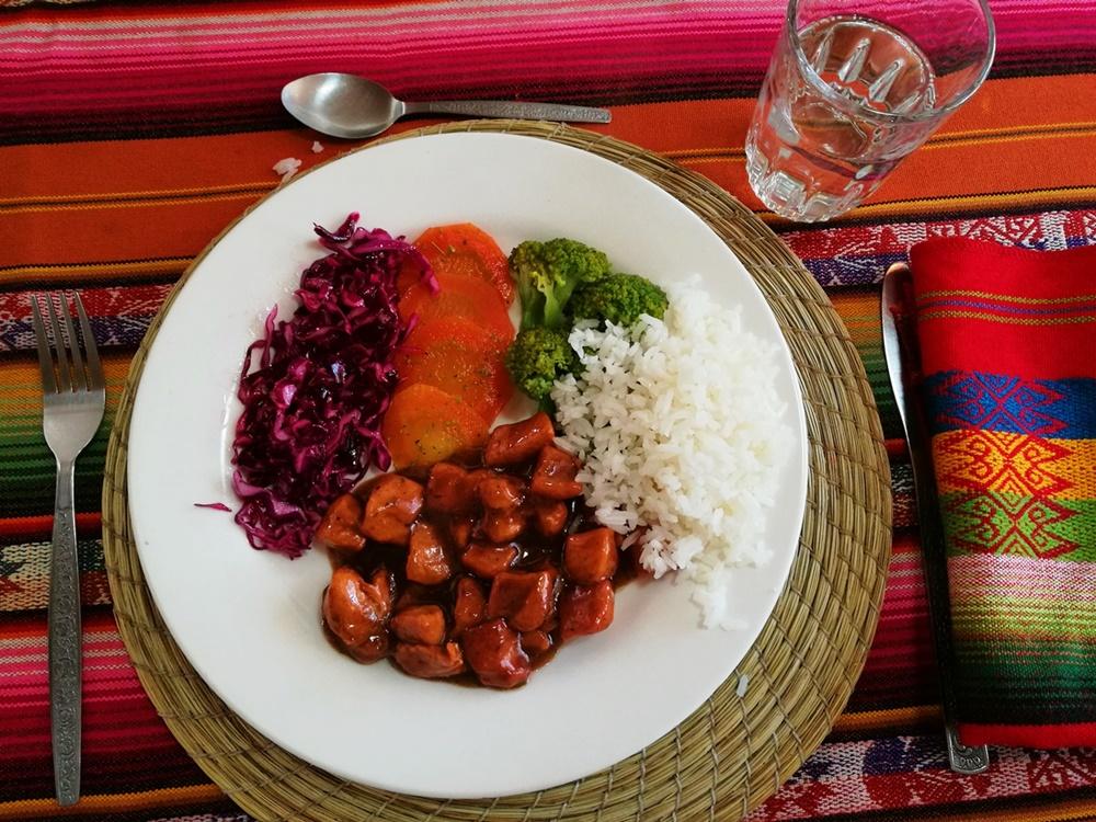 Almuerzo - Mittagessen in Ecuador. Erst eine Suppe, dann Reis, Hühnchen und Gemüse.