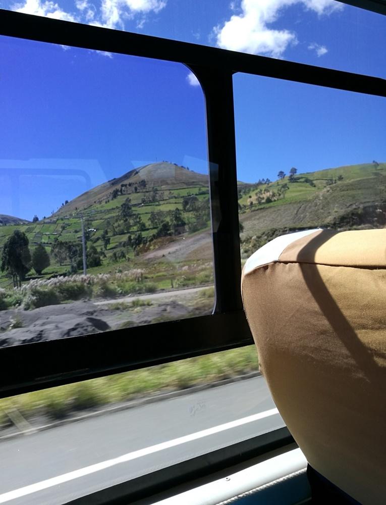 Vulkan-Blick auch beim Fernbus-Busfahren in Ecuador