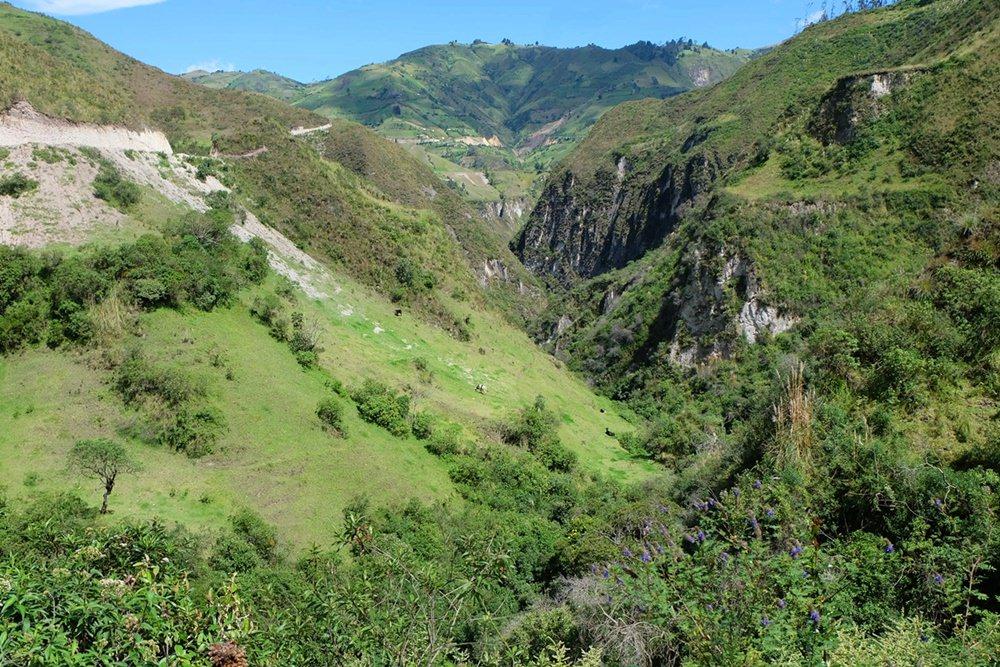 Wilde grüne Schlucht auf dem Quilotoa Loop in Ecuador