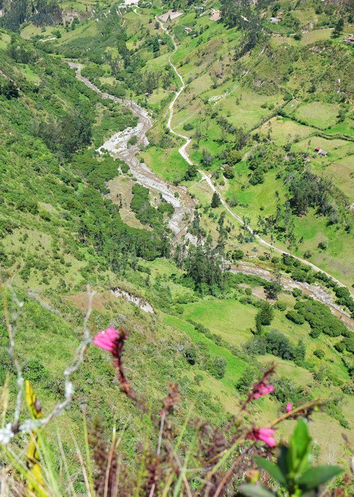 Am Mirador mit Blick auf Fluss und Hängebrücke, und den folgenen Gegenanstieg. | wandern am Quilotoa Loop in Ecuador