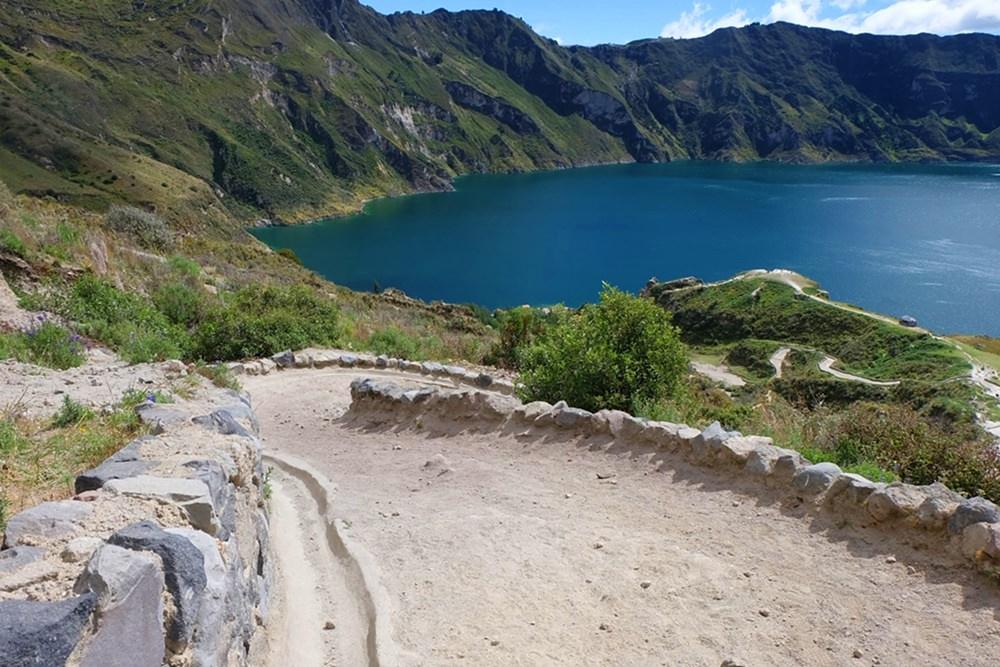 400 Hm bergab - vom Kraterrand zur Lagune, am Vulkan Quilotoa in Ecuador