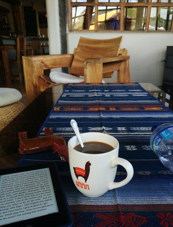 Morgenstund mit Buch und Kaffee im Hostal Llullu Llama in Isinlivi/ Ecuador