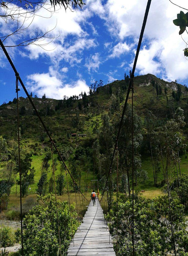 Via Hängebrücke über den Rio Toachi beim Wandern auf dem Quilotoa Loop in Ecuador