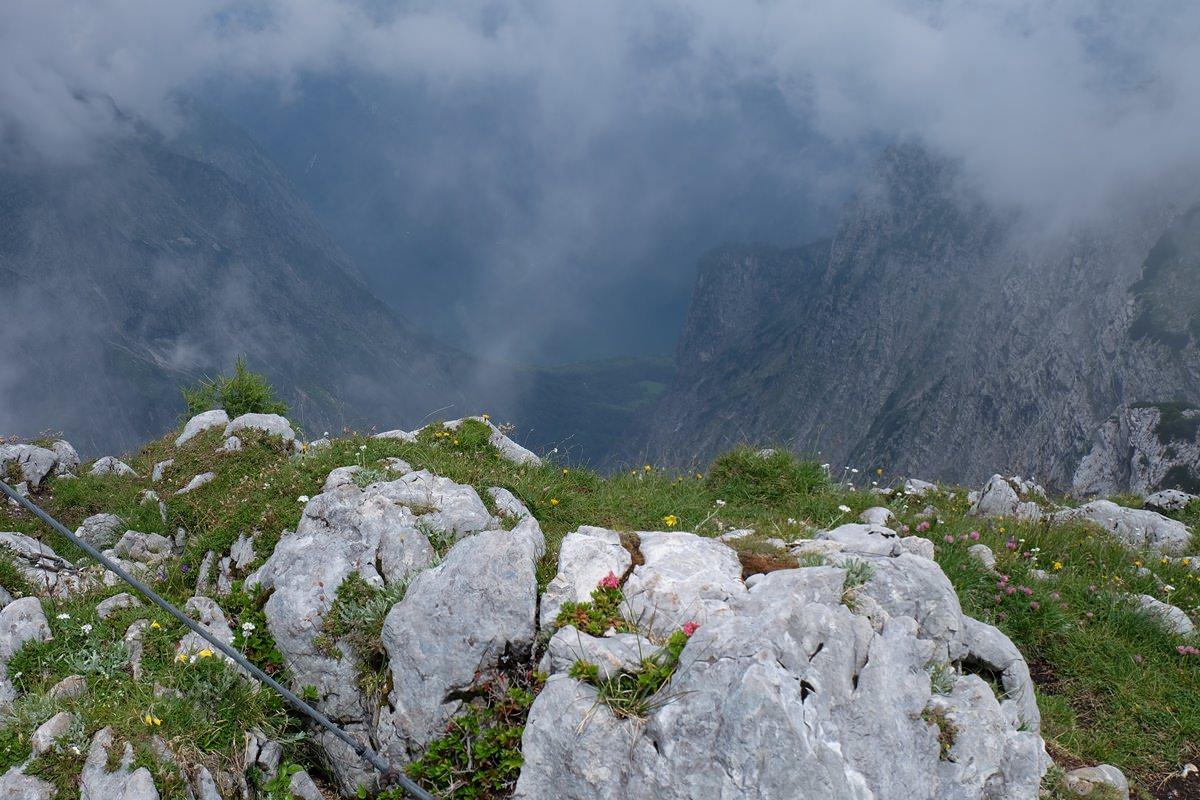 Am Gipfelkreuz der Hirschwiese. Manchmal taucht der Königssee für kurze Moment aus den Nebelschwaden auf.