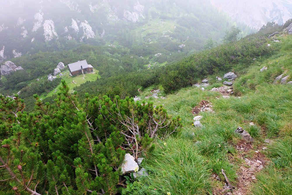Die Jagdhütte am Trischübel von oben, der Weg ist keine Schönheit aber auch kein Drama.