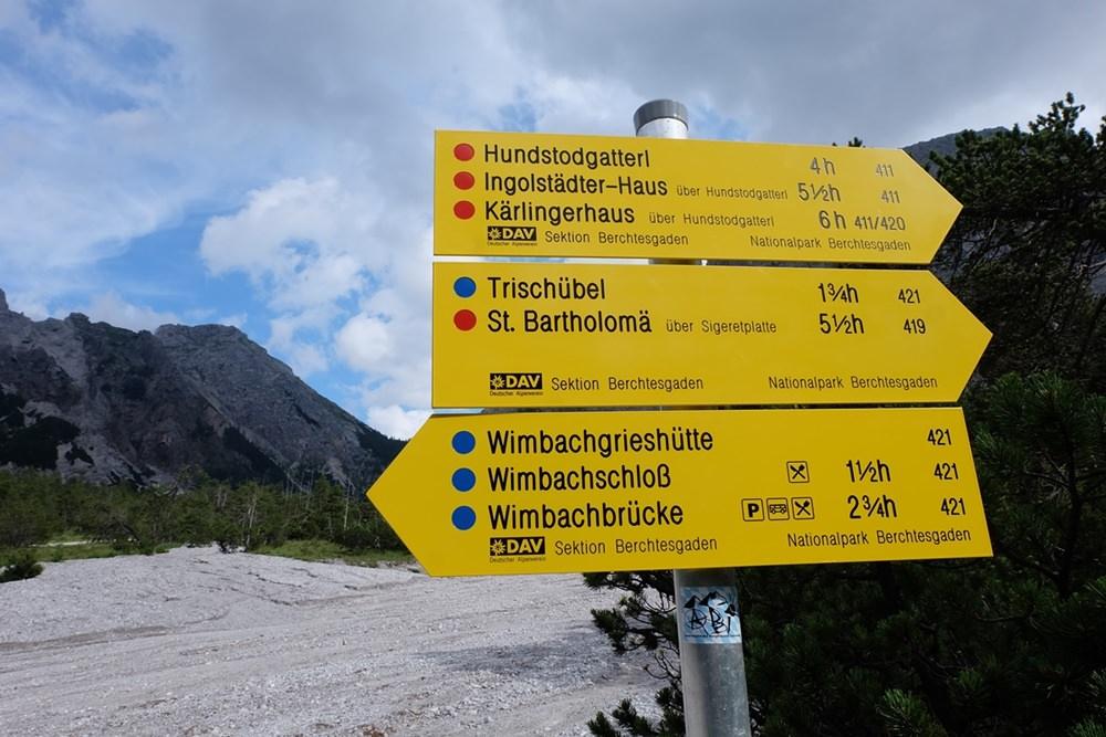 Farbkleckse an einem grauen Tag in einer grauen Felswüste im Wimbachgries.