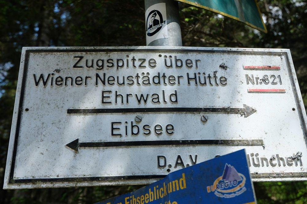 Anfang und Ziel der Tour schwarz auf weiß: vom Eibsee über die Wiener Neustädter Hütte zur Zugspitze
