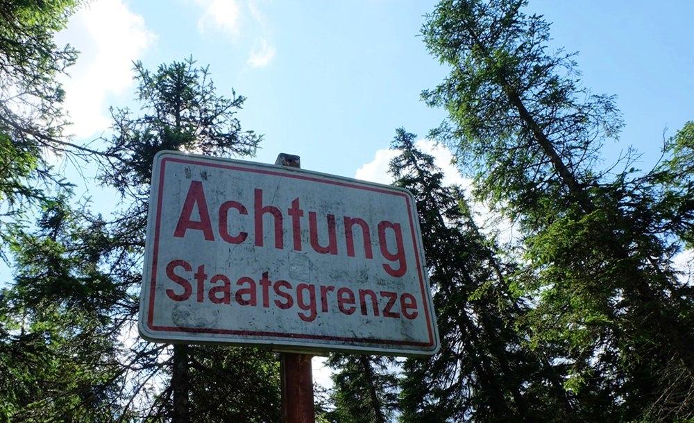 Ohne Bewachung, nur ein Schild, auf dass es so bleibe! Grenze zwischen Bayern und Tirol, zwischen Eibsee und WN Hütte