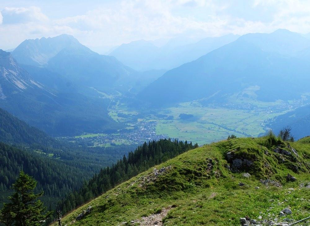 Pause an der Gratkante mit Blick nach Ehrwald und Lermoos | Zugspitze