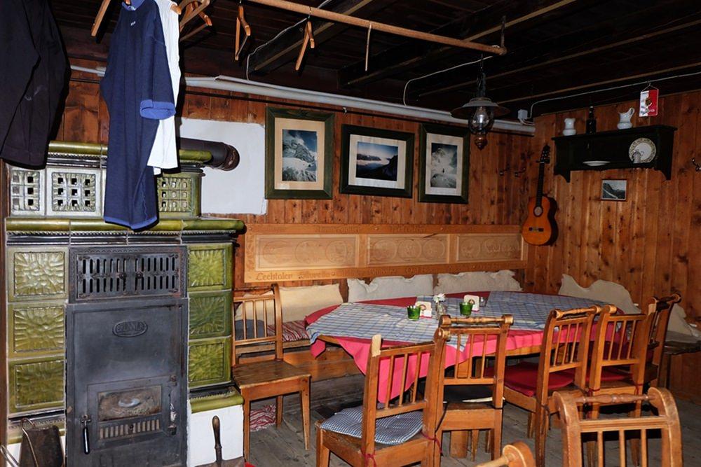 Stube der Wiener Neustädter Hütte an der Westseite der Zugspitze