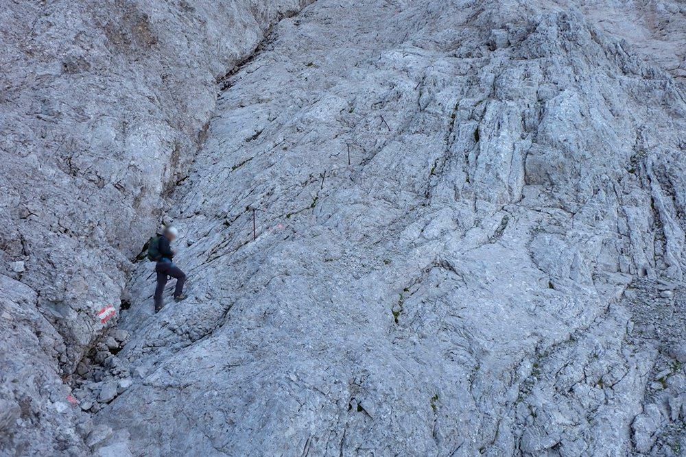 Schattig und steil, doch aus der Nähe ist der Weg nach oben deutlich erkennbar. | Zugspitze über den Stopselzieher Klettersteig