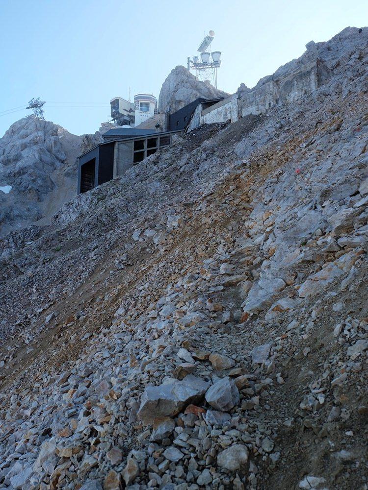 Ein Lost Place - die ehemalige Seilbahnstation, kurz vor der Gratkante, kurz vor der Sonne, die letzten Meter zur Zugspitze.