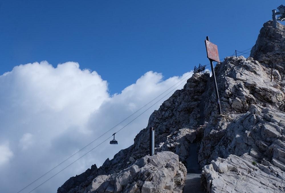 Endlich Sonne: Gratkante erreicht, eine Gratwanderung zwischen Tirol und Bayern, auf dem Weg zum Gipfel der Zugspitze.