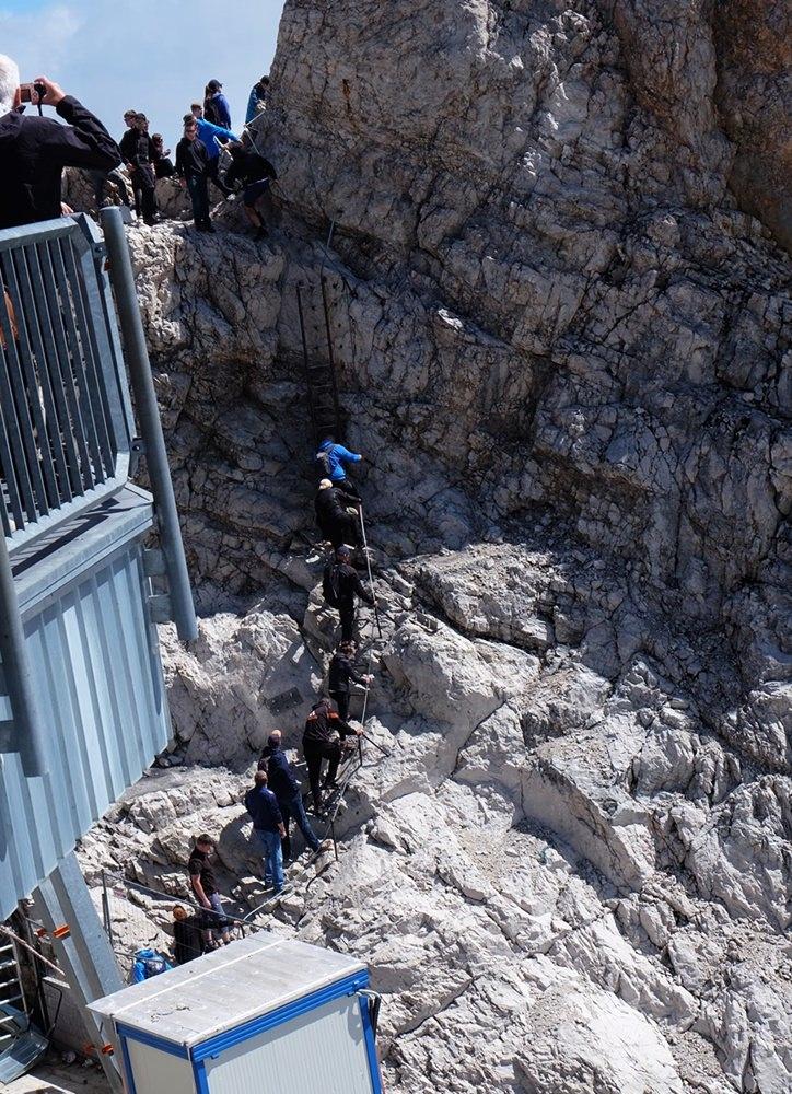 Ab 11 Uhr heißt es hinten anstellen, wenn du zum Gipfelkreuz der Zugspitze willst.