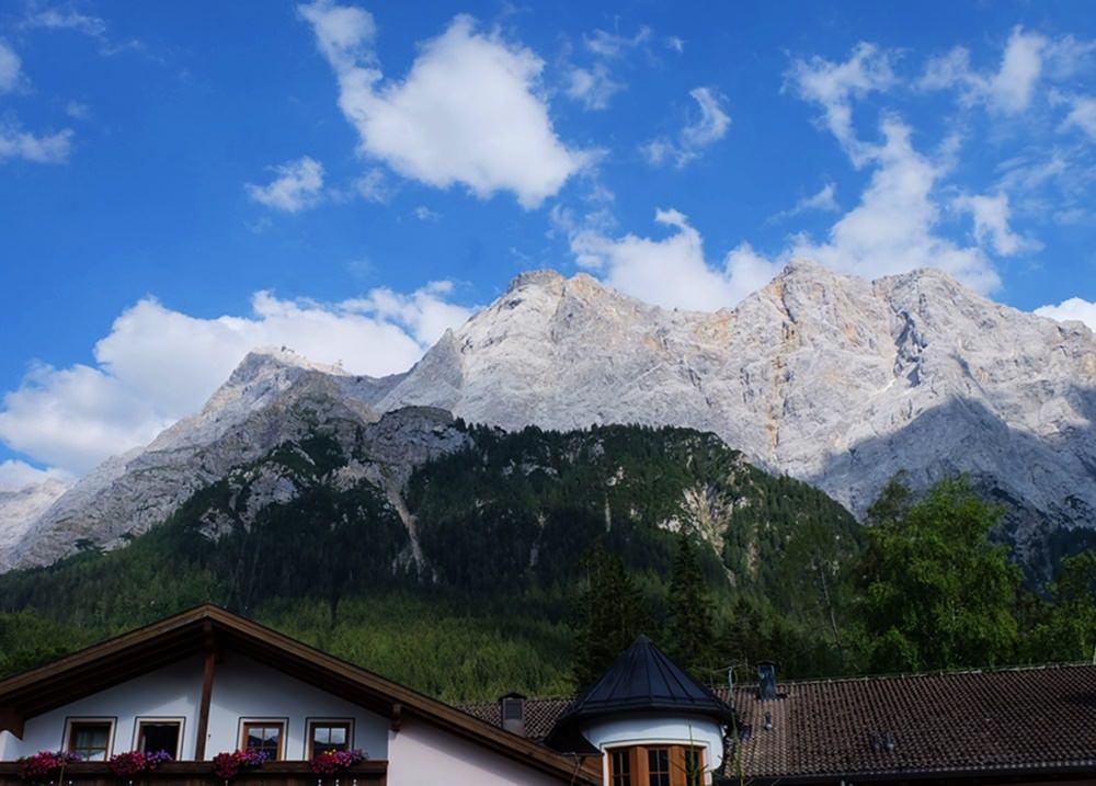 Vom Hotel immer wieder zum Gipfel hochblicken: prachtvolle Kulisse im Zugspitz Resort