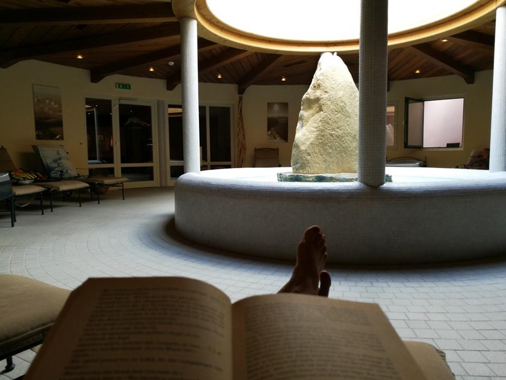 Einfach daliegen und lesen: Wellness für Bergsteigerinnen im Zugspitz Resort