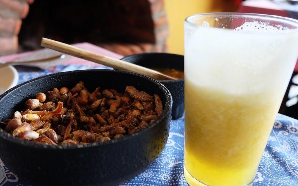 Naranjilla Saft und gerösteter Mais | Restaurant der Hacienda El Porvenir, Ecuador