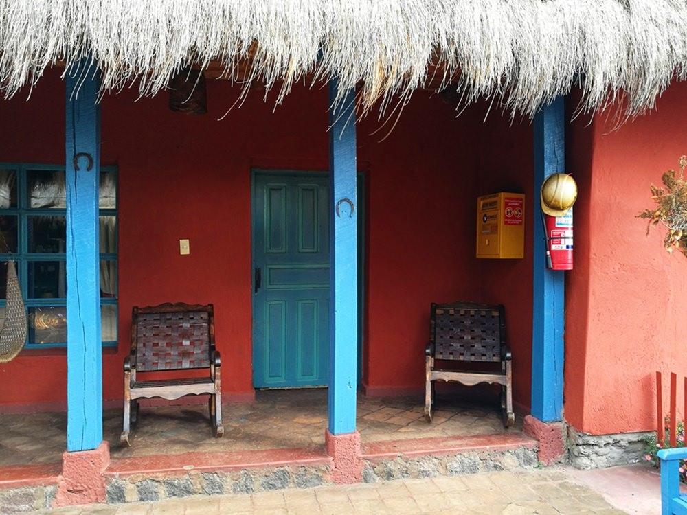 Nur du, dein Buch und der Wind: im Schaukelstuhl vor der Hacienda El Porvenir in Ecuador