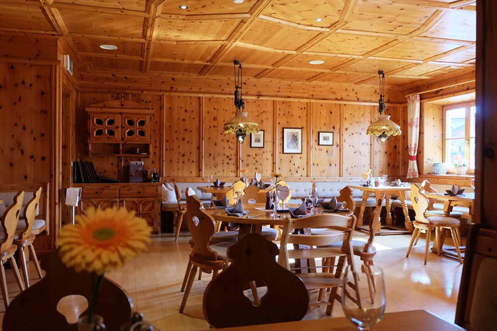 Abendessen in der Zirbenstube des Zugspitz Resort in Ehrwald/ Tirol