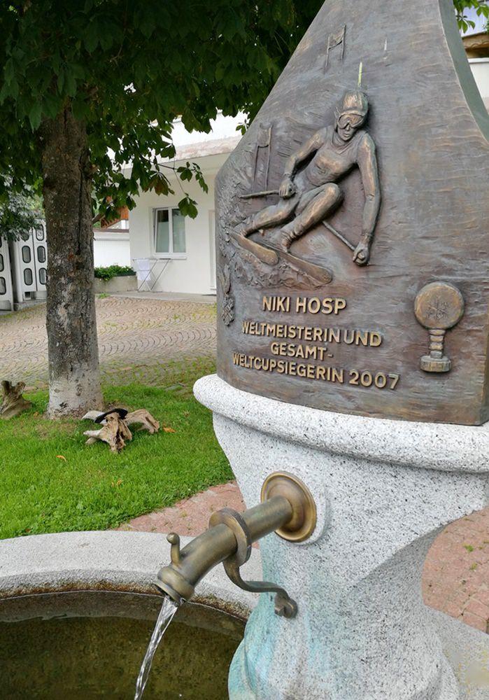 Brunnen in Bichlbach, zu Ehren der Skifahrerin Niki Hosp | Rund um den Daniel