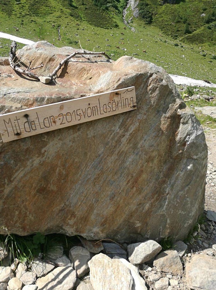Ein wuchtiger Fels, den die Lawine vom Lasörling mitgebracht hat. | Lasnitzental, Österreich