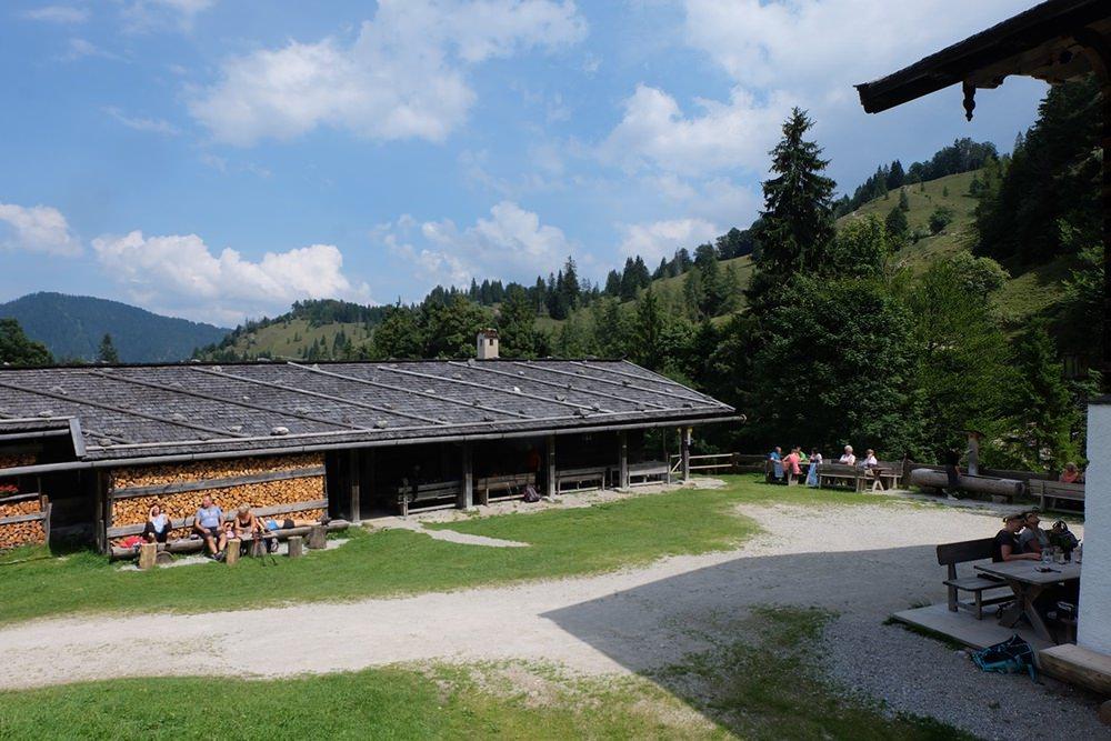 Stallgebäude an der Königsalm, mit viel Platz für hungrige Wanderer | Tegernsee, Bayern