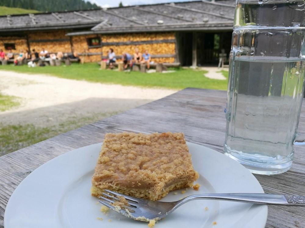 Rhabarberkuchen auf der Königsalm nach der Wanderung zum Schildenstein | Bayern