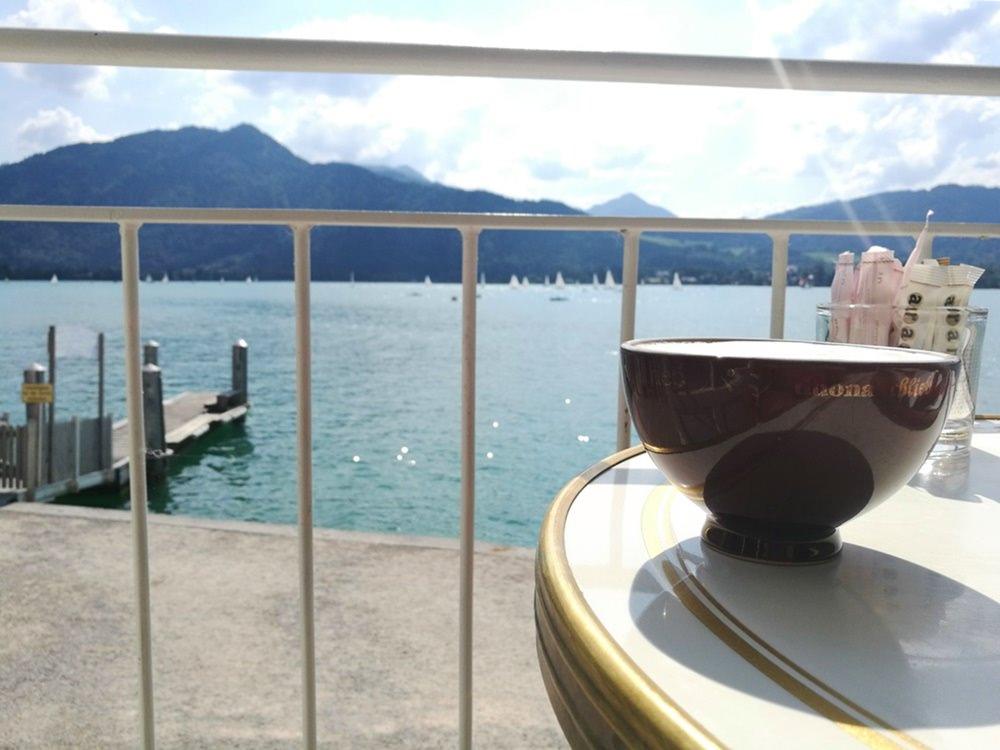 Kaffeepause am Tegernsee, mit Blick auf die Tegernseer Berge natürlich | Bayern