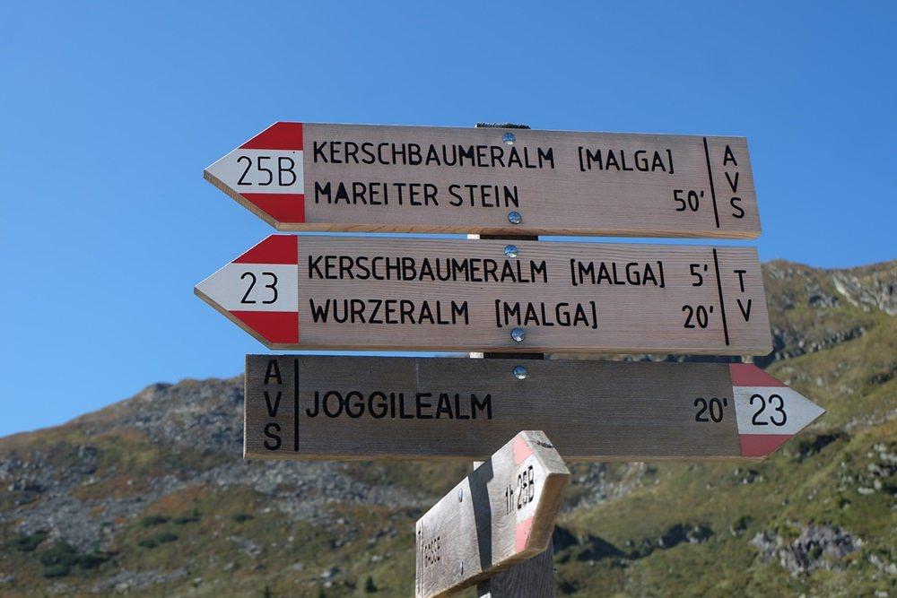Wegweiser für Berggeher in Südtirol