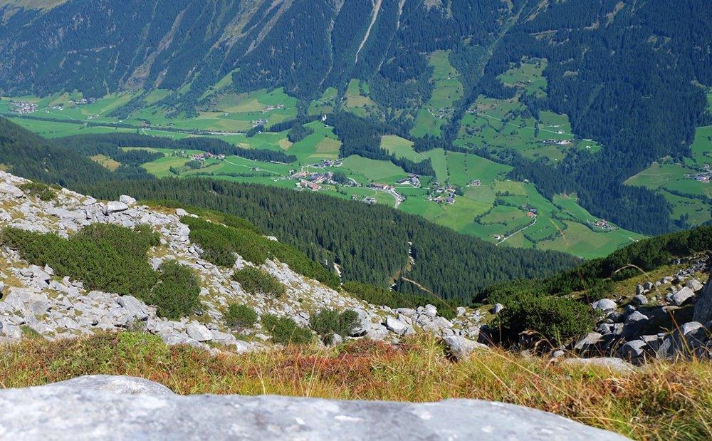 Und der Blick nach unten, vom Gipfel zum Hotel Gassenhof in Gasse | Ridnauntal, Südtirol