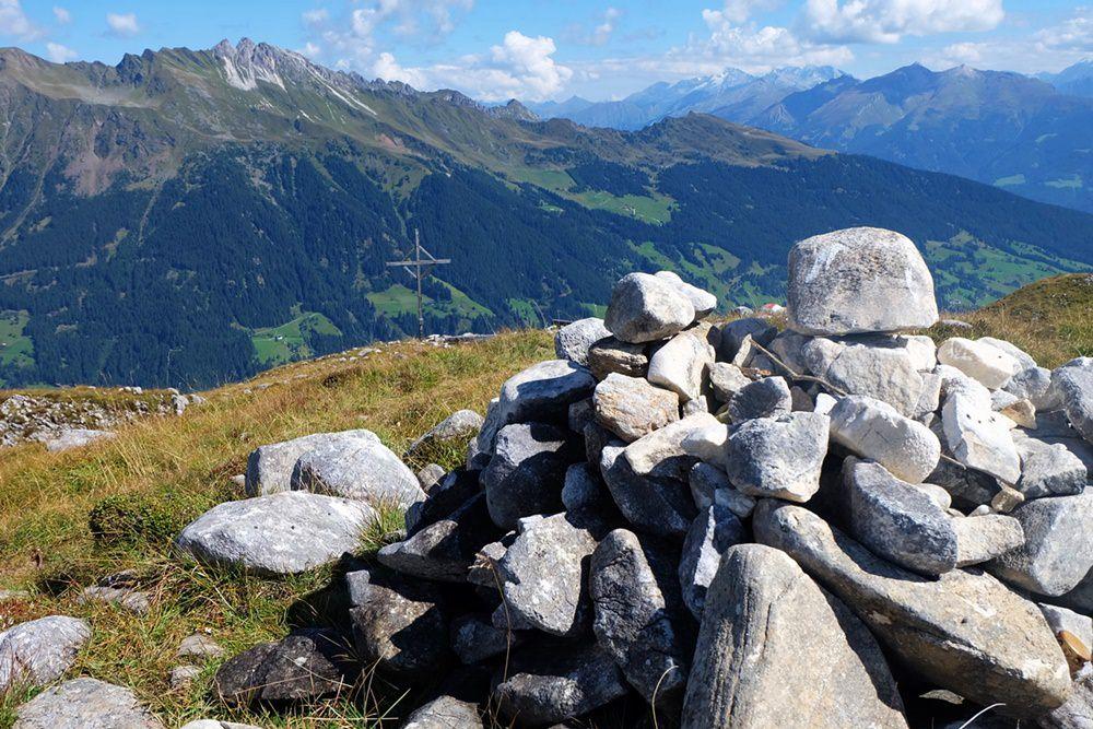 Mareiter Stein Gipfel - Gipfelhaufen und Gipfelkreuz in Südtirol