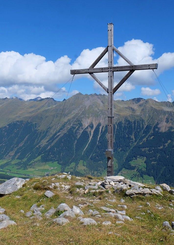 ... und das Gipfelkreuz in Groß-Aufnahme | Mareiter Stein im Ridnautal, Südtirol