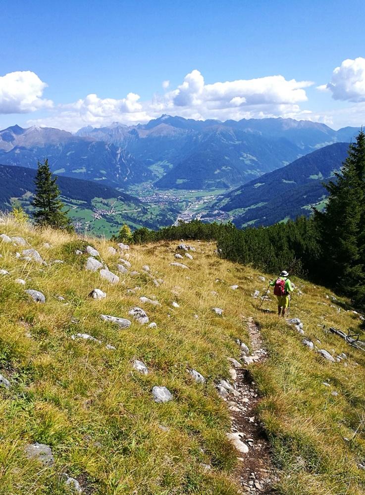Den Grat hinab wandern mit Blick auf Sterzing | Ridnautal, Südtirol