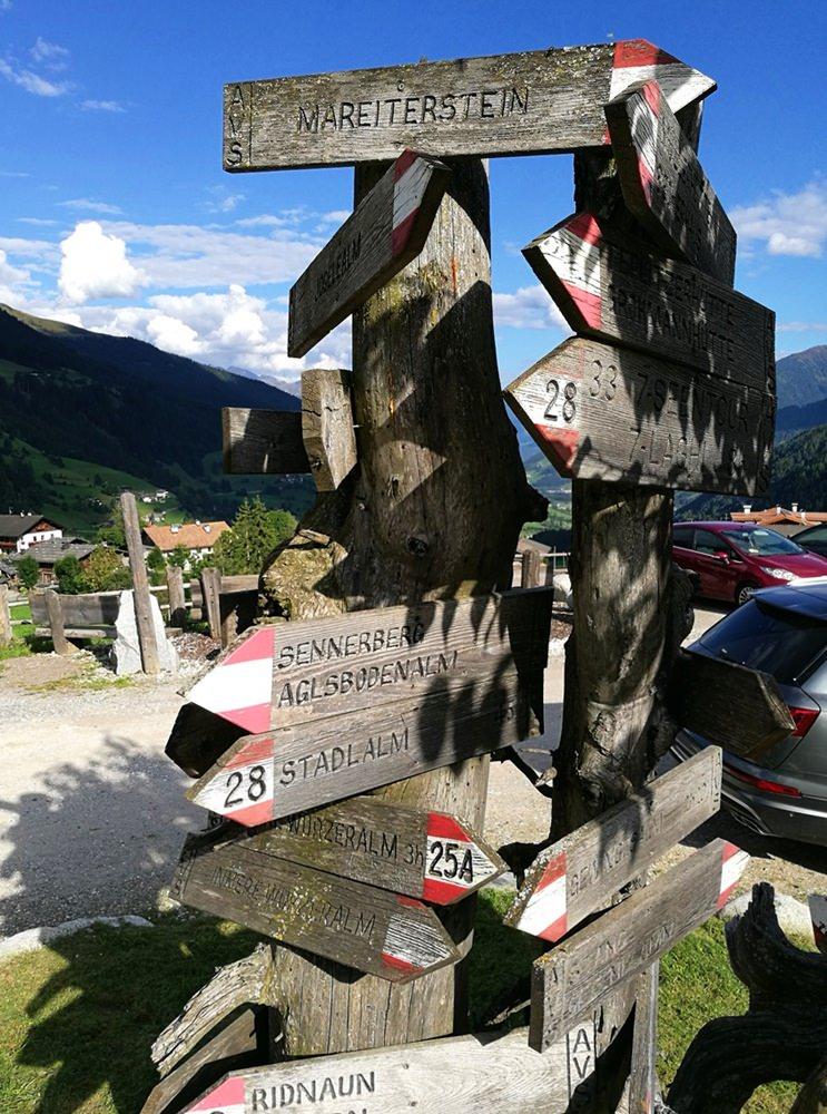 Wegweiser für Wanderer, direkt am Hotel Gassenhof | Ridnautal, Südtirol