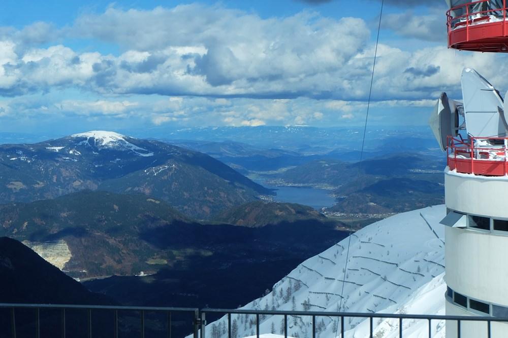 Ausblick vom Dobratsch-Gipfelhaus auf den Ossiacher See und Kärnten | Österreich