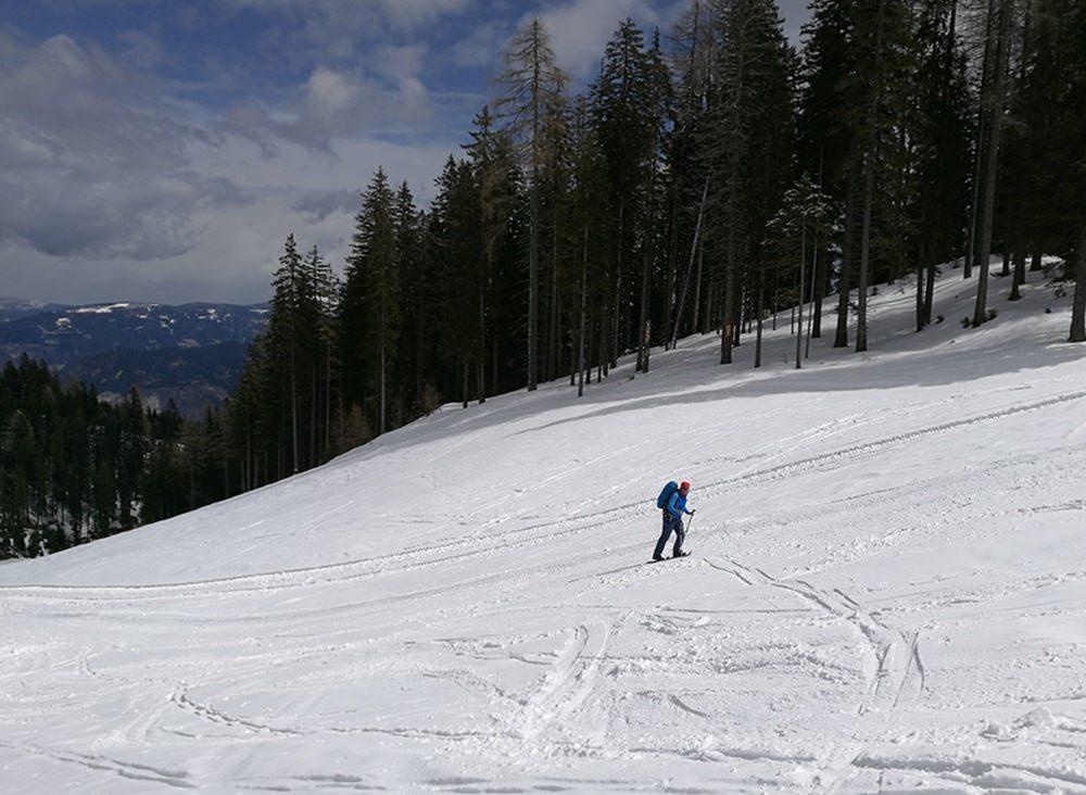 Mit Schneeschuhen über die Skiabfahrt Richtung Rosstratten und Dobratsch