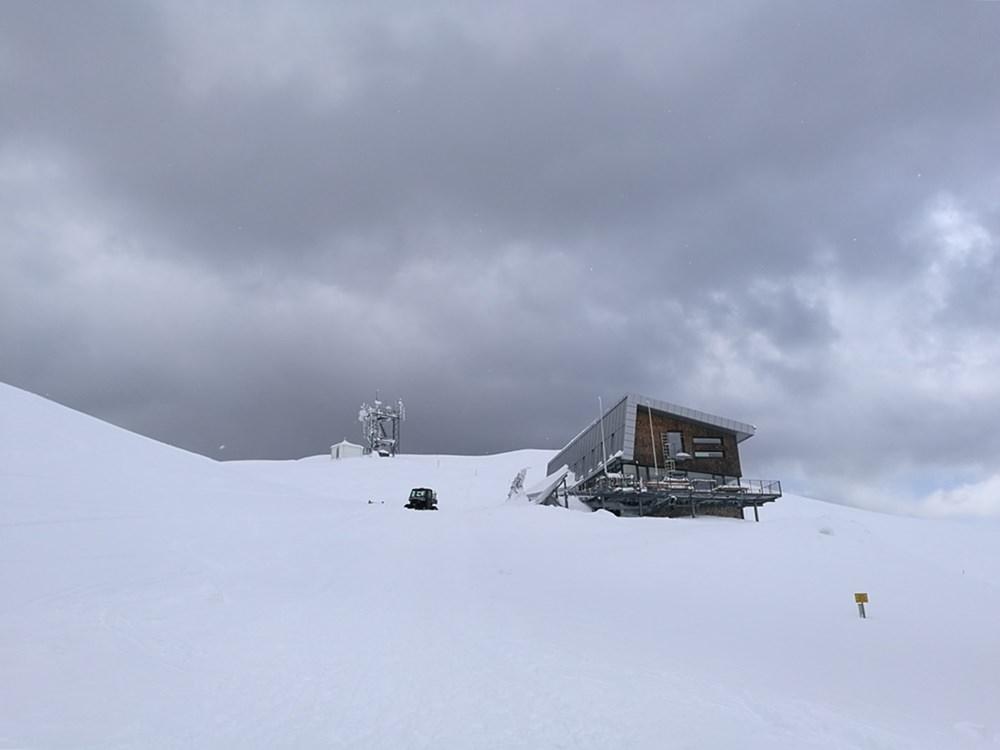Wolkenverhangen: Gipfelhaus und Wetterstation am Dobratsch | Gailtaler Alpen, Österreich
