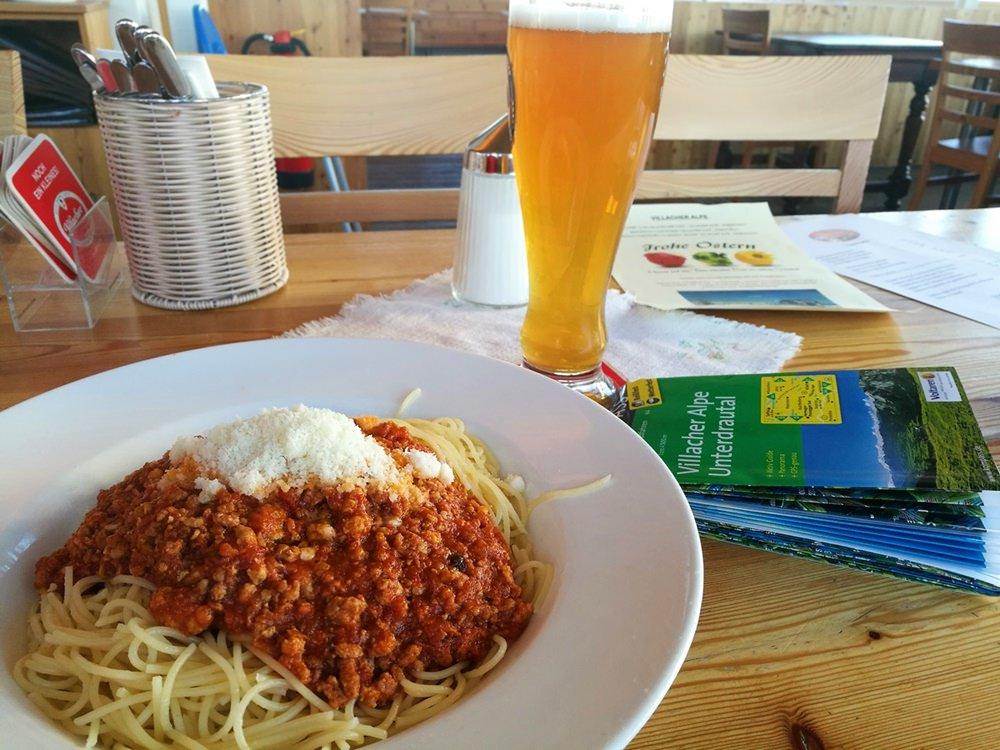Abendessen für hungrige Berggeher: Spagetti am Dobratsch Gipfelhaus | Kärnten, Österreich