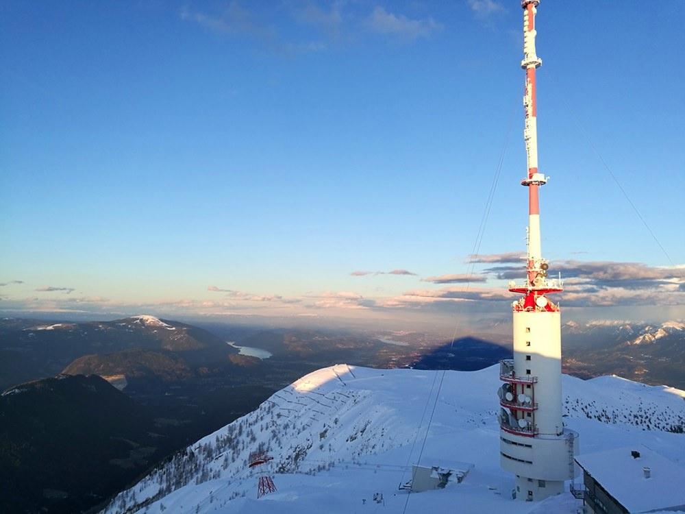 Abends am Dobratsch Gipfel - der Schatten des Berges liegt über den Kärntner Seen | Österreich