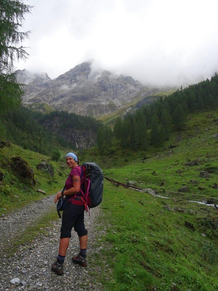 Gute Stimmung im Erschbaumer Tal - die Große Kinigat im Nebel, der Graupelschauer noch nicht in Sicht. | Osttirol, Österreich