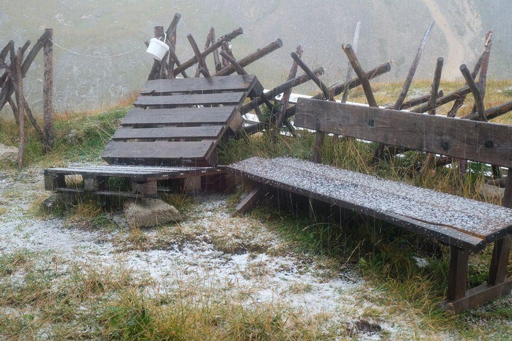 Vor der Filmoor Standschützen Hütte nach dem 2. Graupel-Schauer des Tages | Karnischer Höhenweg