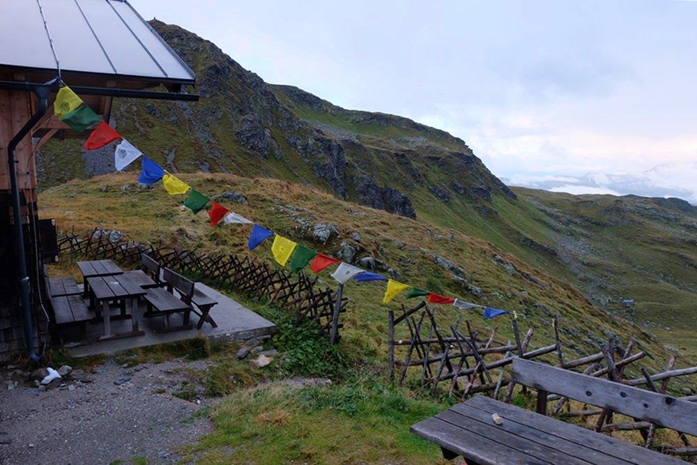 Die trübe Stimmung passt zu den ersten Begegnungen mit den Kriegs-Erinnerungen am Karnischen Höhenweg | Filmoor Standschützenhütte, Osttirol
