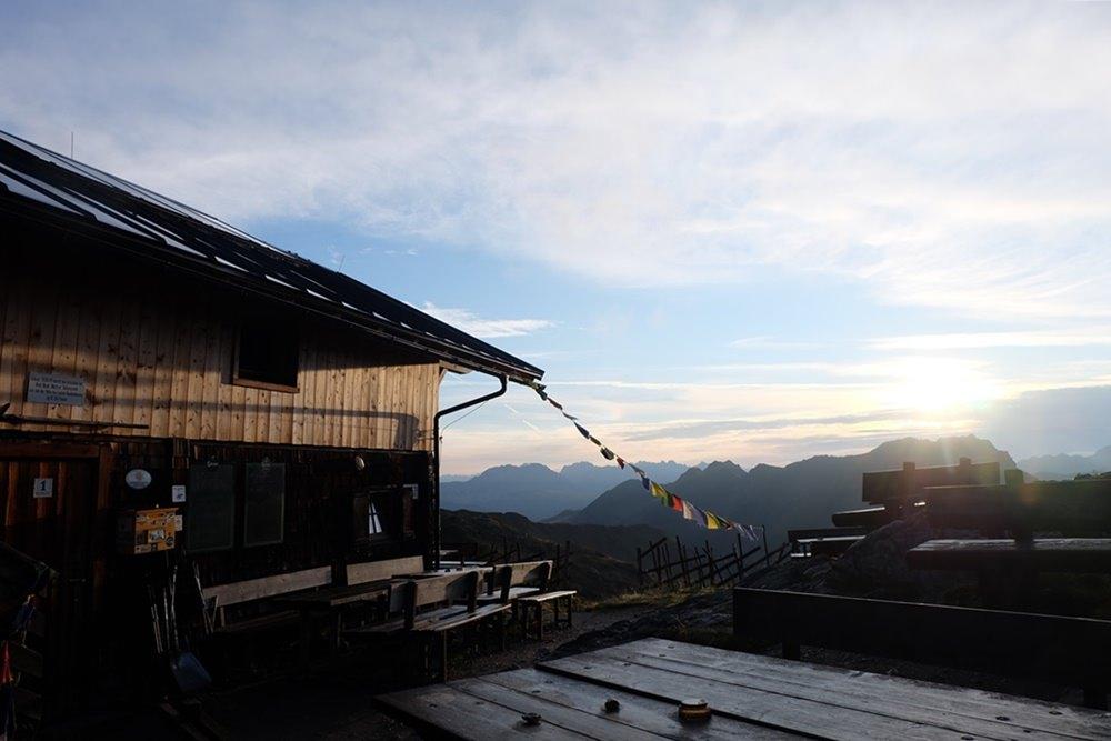 Die Filmoor Standschützenhütte im friedlichen Morgenlicht | Karnischer Höhenweg