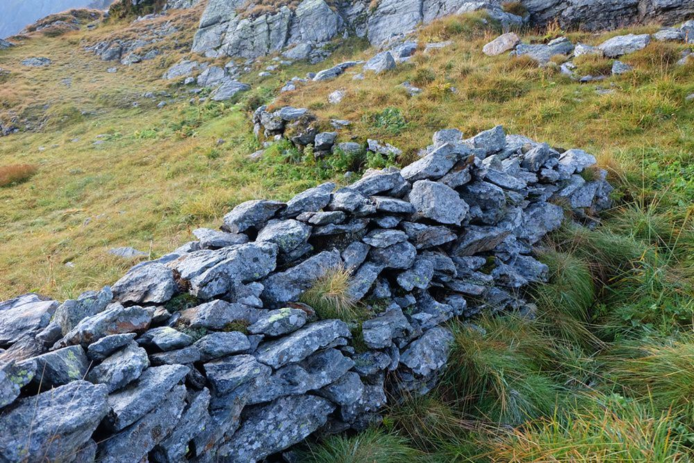 Mauern. Schützengräben. Gedanken an grausige Vergangenheit und Dankbarkeit über Frieden und Freiheit in der Gegenwart | Karnischer Höhenweg