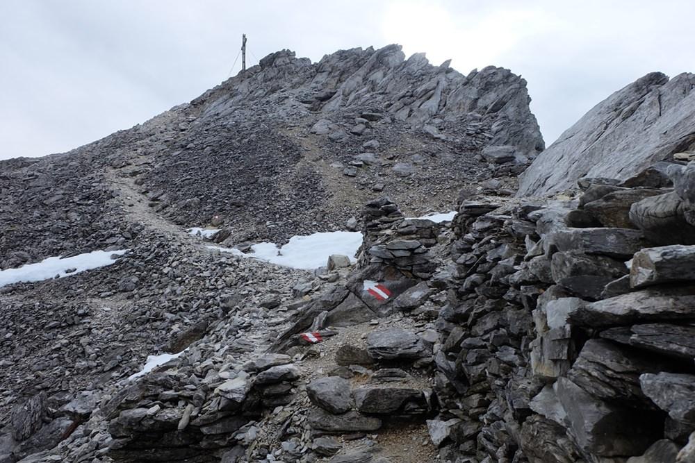 Zwischen Schützengräben der Blick zum Gipfel der Großen Kinigat | Karnischer Höhenweg