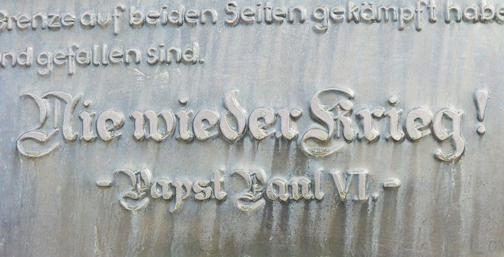 Nie Wieder Krieg! Schild am Europakreuz auf der Großen Kinigat | Karnischer Höhenweg