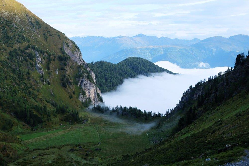 Nebel im Tal. Blick auf den Obstanser Boden | Karnischer Höhenweg, Osttirol