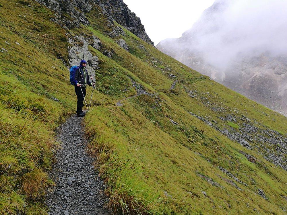 Weitergehen ist die einzige Möglichkeit, ob Regen oder Graupel. Auf dem Weg zur Filmoor Standschützen Hütte | Tiroler Gailtal, Österreich