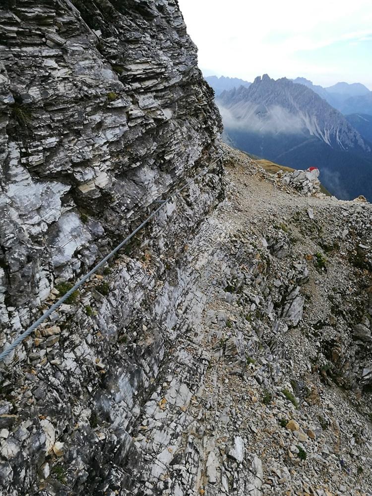 Blick zurück im seilversicherten Teil des Weges auf die Große Kinigat | Karnischer Höhenweg